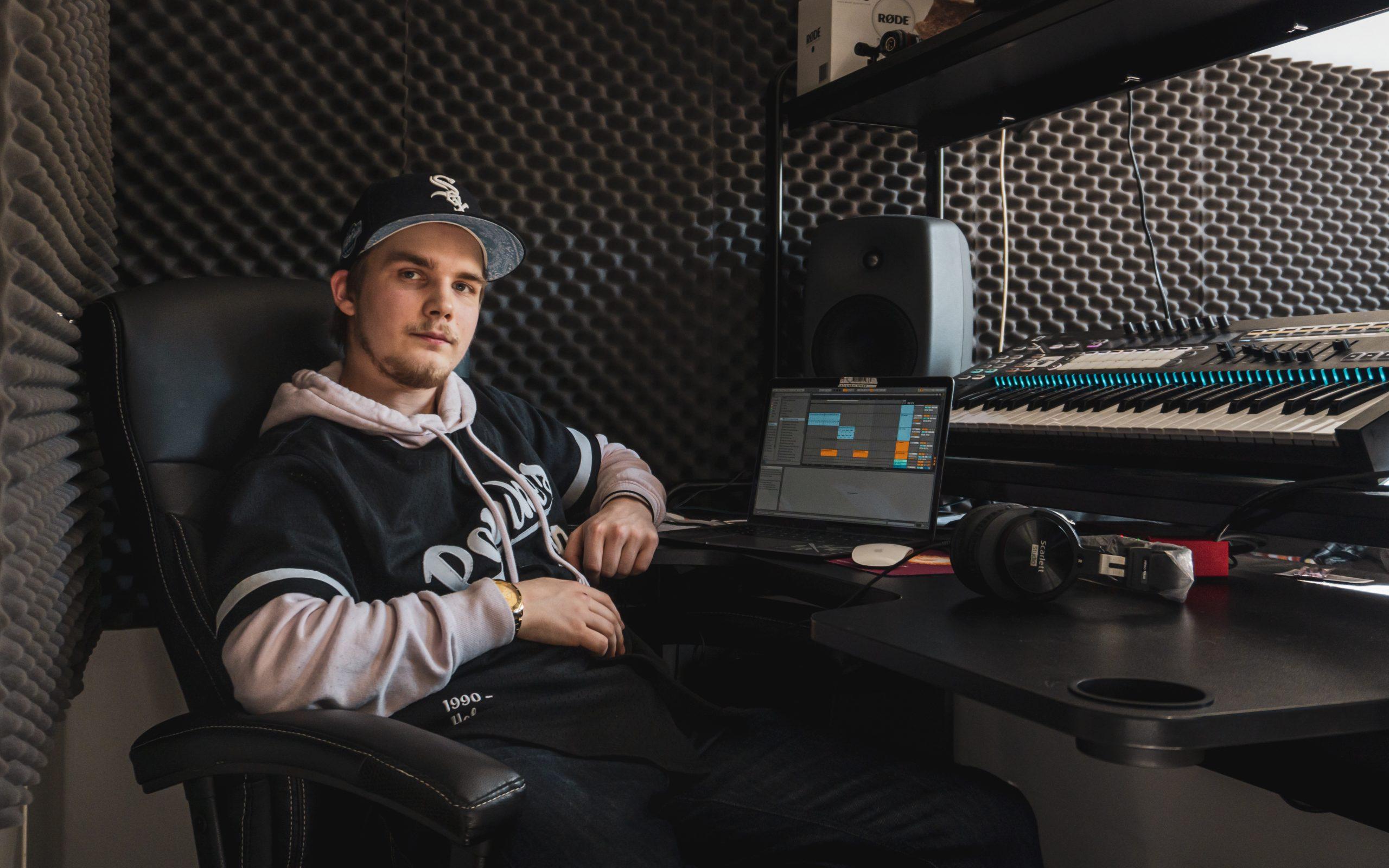 Aaro Venäläinen istuu studiossa katsoen kameraan