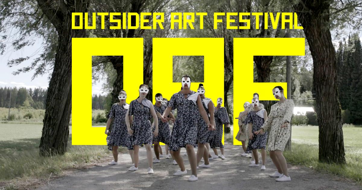 Tanssivia ihmisiä mustissa vaatteissa hiekkatiellä. Taustalla teksti Outsider Art Festival